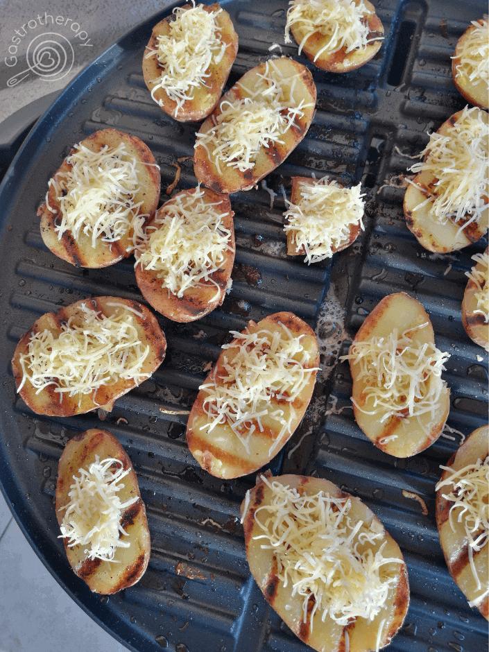 sajttal grillezett krumpli ami a pácolt grill tarja mellé remek köret