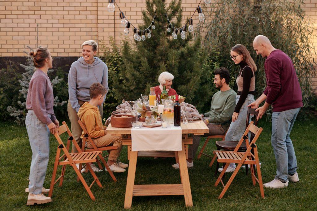 kerti asztal köré gyűlt baráti társaság